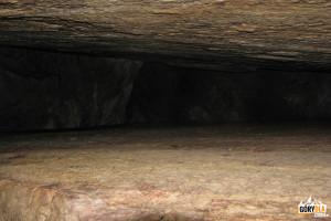 """""""Rozcięty """"blok skalny przy korytarzu do Wielkiej Izby w Jaskini Mylnej"""