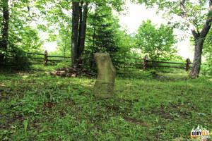 Nagrobki na cmentarzu w Beniowej