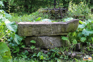 Podstawa chrzcielnicy na ruinach cerkwi w Beniowej