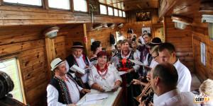 Zespół regionalny ze Skrzydlnej w pociągu retro