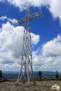 Metalowy krzyż na szczycie Tarnicy (1346 m). Fot. Ewelina Zofińska