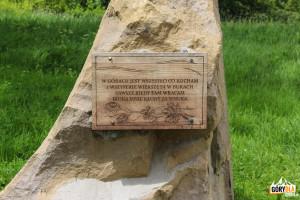 Pomnik Jerzego Harasymowicza na Przełęczy Wyżna