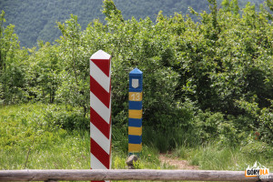 Słupki graniczne (polskie i ukraińskie) przy szlaku na Krzemieniec