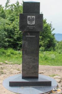 Granitowy obelisk na Krzemieńcu. Jest to trójstyk granic Polski, Ukrainy i Słowacji