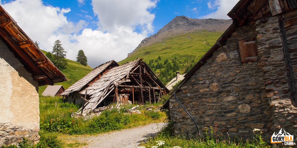 Tradycyjne alpejskie domy w Fonts de Cervières