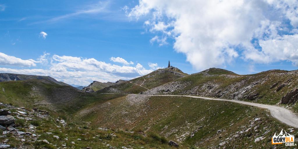 Kamienny obelisk naszczycie Testa dell'Assietta