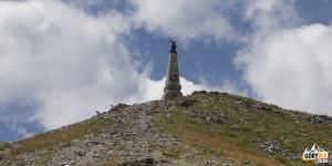 Kamienny obelisk na szczycie Testa dell'Assietta