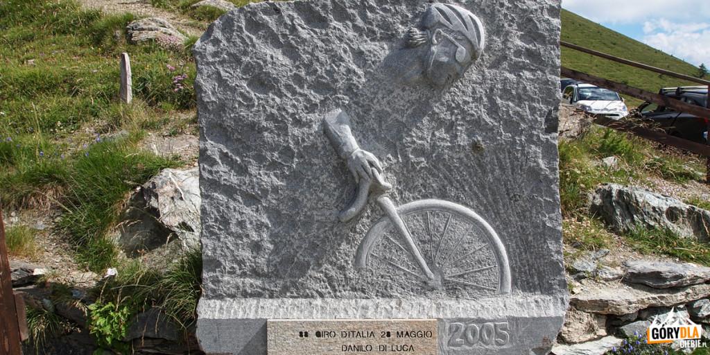 Colle delle Finestre, znajduje się tutaj fort itablica upamiętniająca etap Giro d'Italia 2005