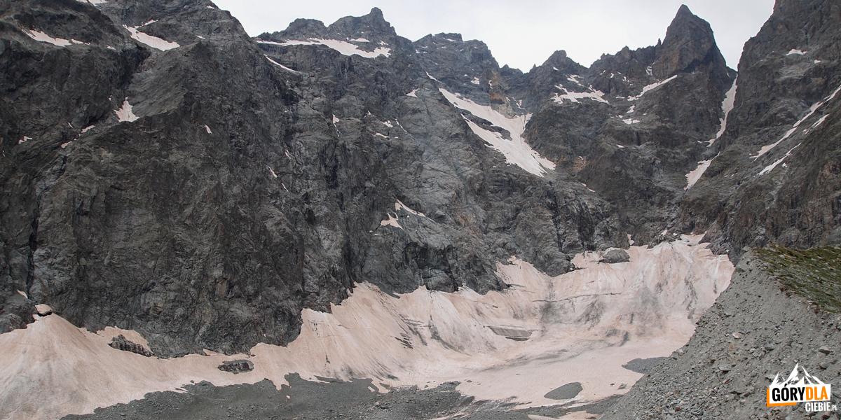 Otoczenie Czarnego Lodowca. Widok naszczyt Barre des Ecrins orazwznoszące się: le Fifre, la Pointe des Avalanches, le Pic Coolidge. Widać również najwyższe szczyty masywu Ecrins: Pelvoux, Pic Sans Nom, Pic Coolidge, Barre des Ecrins