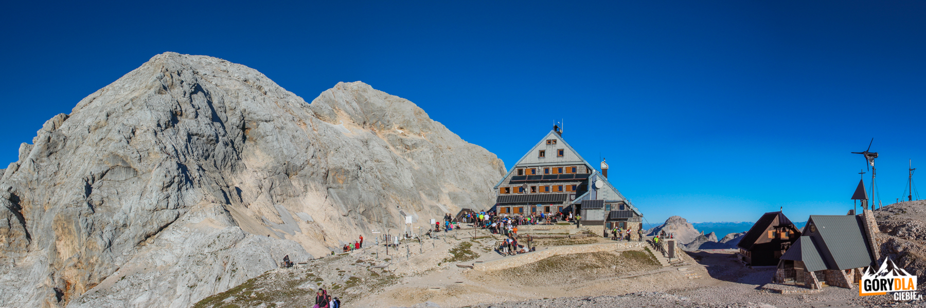 "Schronisko ""Triglavski dom na Kredarici"" (2515 m), w tle Triglav"
