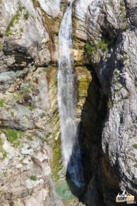 Wodospad na Mangartsim Potoku widziany z mostu Predel