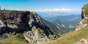 Widok z Mangartskiej Przełęczy (2055 m) na włoskie jeziora Lago di Fusine