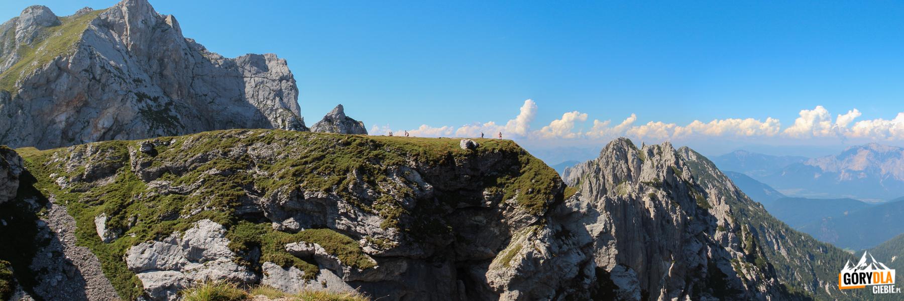 Trawiasta platforma na Mangartskiej Przełęczy (2055 m)