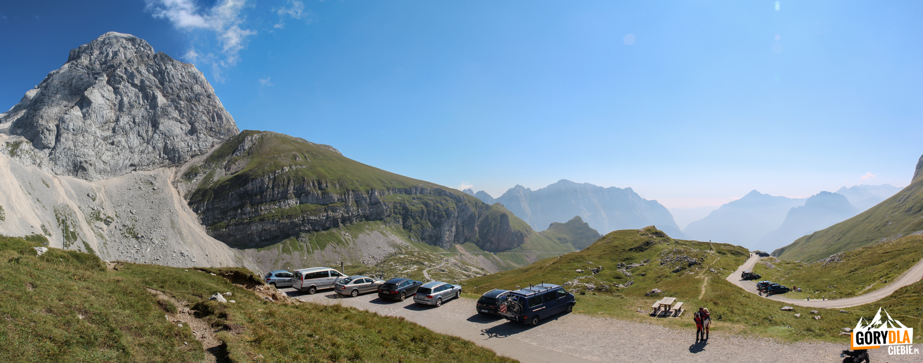 Widok z Mangartskiej Przełęczy (2055 m) na stronę słoweńską - po lewej Mangart 2679 m