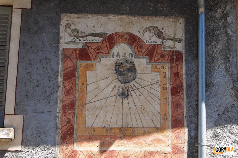 Zegar słoneczny na ścianie budyynku w Saint Véran