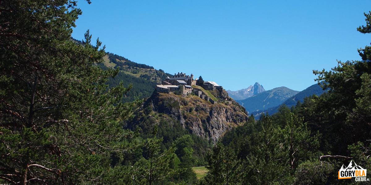 Wznoszący się na skale zamek Queyras