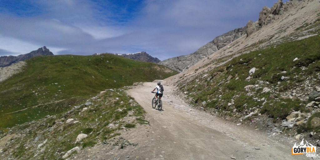 2 km powyżej schroniska Scarfiotti droga zaczyna wić się serpentynami