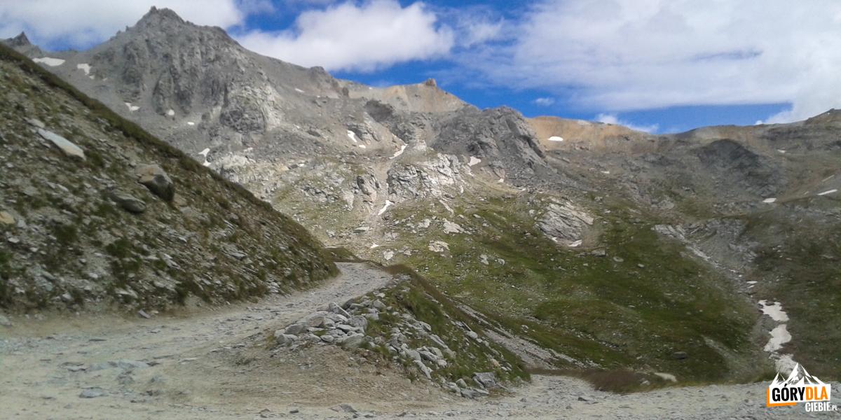Powyżej wysokości 2800 m droga robi się kamienista i coraz trudniejsza