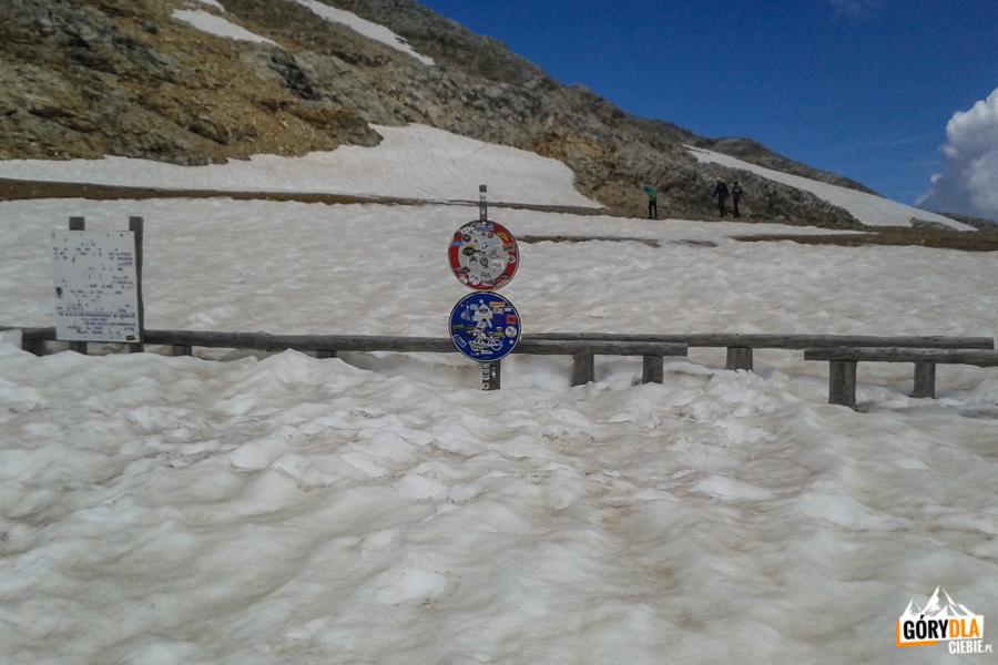 Na Przełęczy Sommeiller nawet latem parking może być cały pod śniegiem