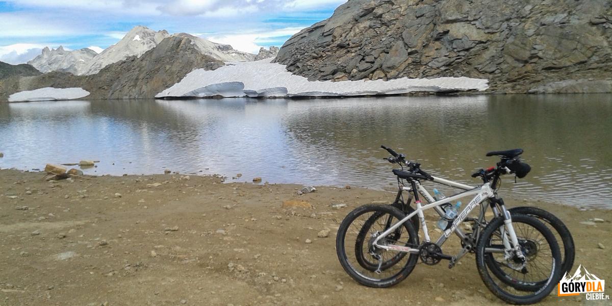 Rowerzyści mogą dojechać do położonego kilkadziesiąt metrów dalej jeziora Sommeiller