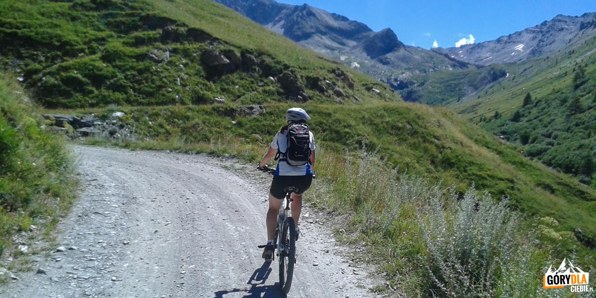 Droga naprzełęcz Sommeiller powyżej jeziora Rochemolles