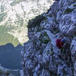 """Kolejne etapy wspinaczki ferratą na drodze """"Tominškova pot"""""""