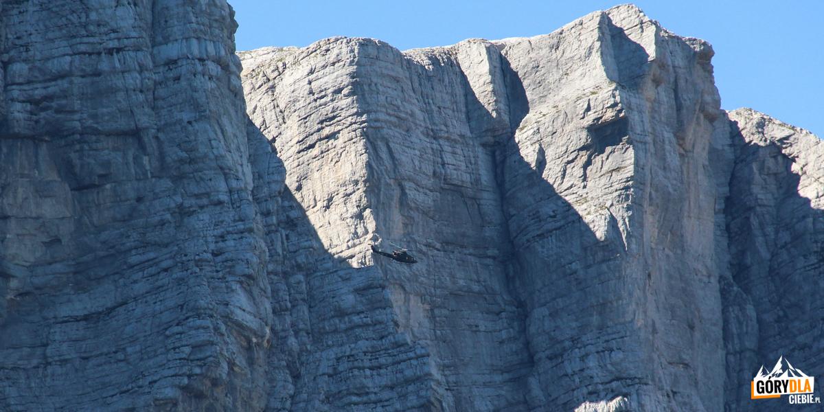 Wojskowy śmigłowiec (ratowniczy) na tle ściany Triglavu