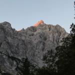Szczyt Triglavu (2864 m) w pierwszych promieniach słońca