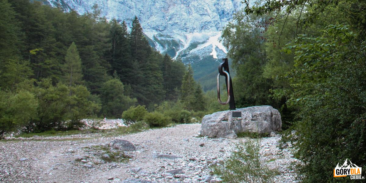 Pomnik partyzantów górskich w Dolinie Vrata pod ścianą Triglavu