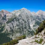 Panorama na przeciwległą stronę Doliny Vrata - Stenar (2502 m), Dolkova špica (2591 m) i Škrlatica (2740 m)