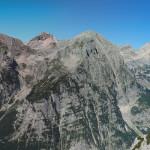 Panorama z progu kotła pod Kredarica na otoczenie Doliny Vrata - Bovski Gamsovec (2392 m), Stenar (2502 m), Dolkova špica (2591 m) i Škrlatica (2740 m)