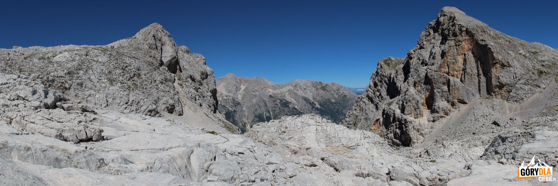 Widok ze środka kotła na Begunjski vrh (2461 m)