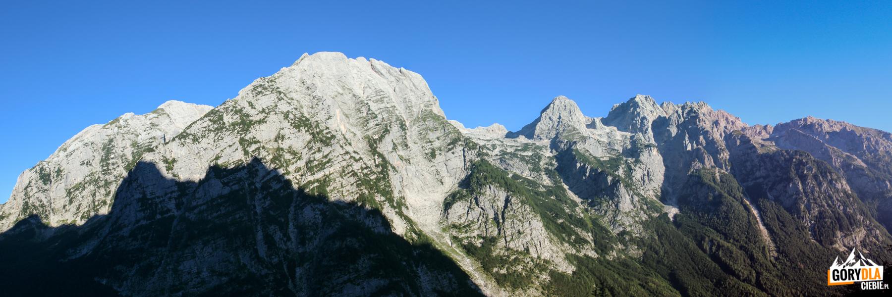 "Panorama z drogi ""Tominškova pot"" na przeciwległą stronę Doliny Vrata - Stenar (2502 m), Dolkova špica (2591 m) i Škrlatica (2740 m)"