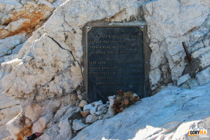 Jedna z kilku tablic na grani pod Triglavem