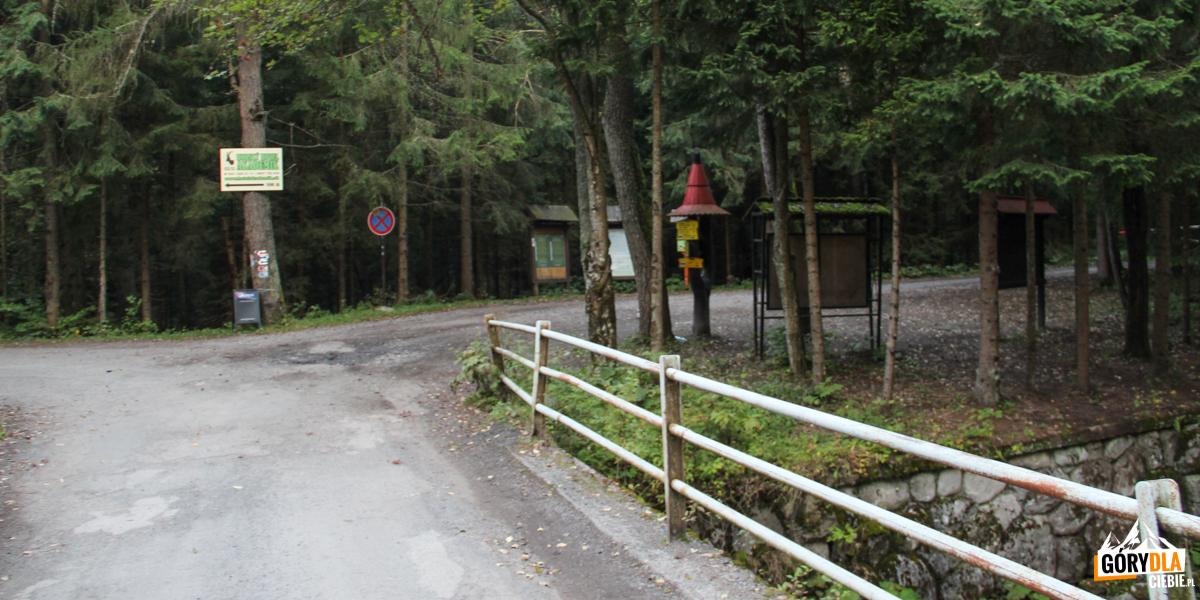 Początek szlaku na Otargańce - za mostem w prawo