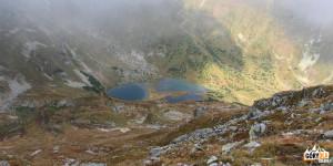 Widok z grani pod Raczkową Czubą (2194 m) na Raczkowe Stawy