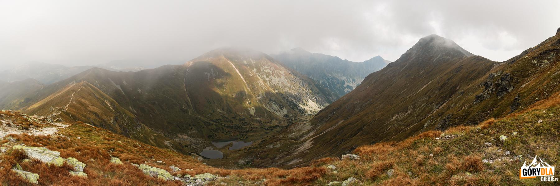 Widok spod Jarząbczego Wierchu (2137 m) na otoczenie Zadniej Raczkowej Doliny