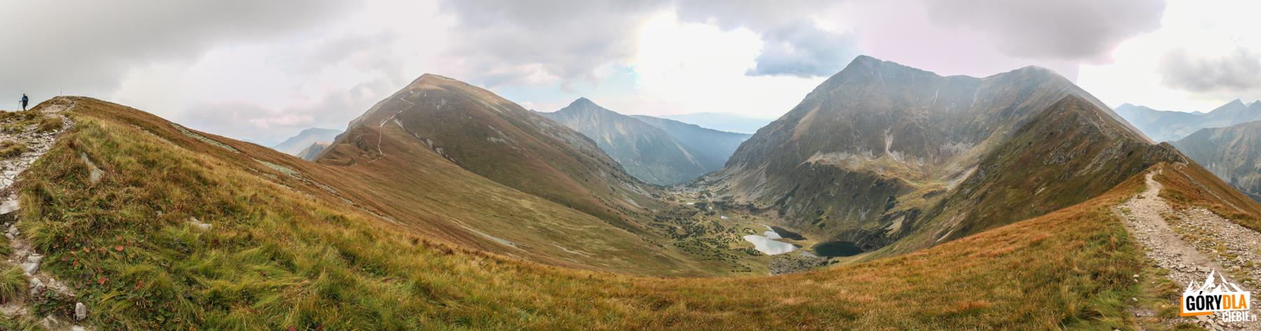 Widok z grani pomiędzy Kończystym Wierchem (2002 m), a Jarząbczym Wierchem (2137 m) na otoczenie Zadniej Raczkowej Doliny