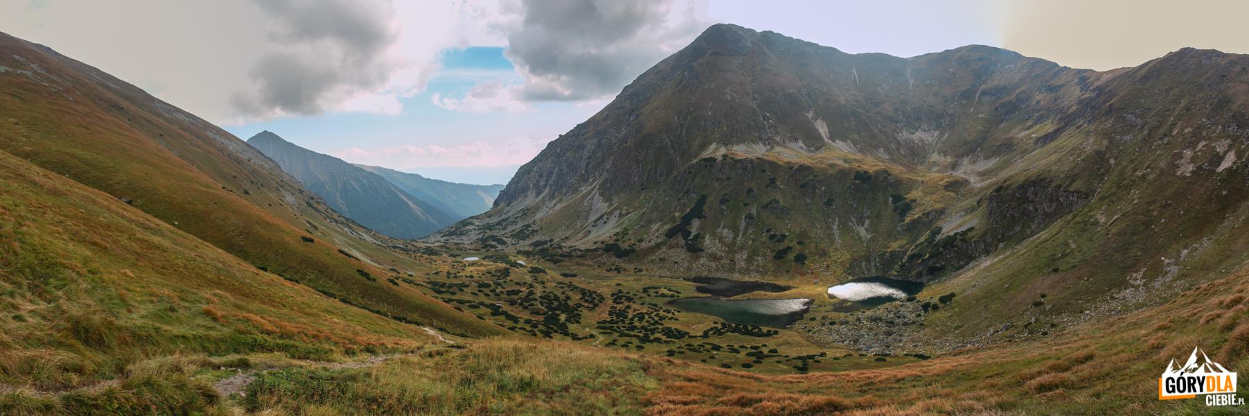 Zadnia Raczkowa Dolina z widocznymi Raczkowymi Stawami i górującą nad nimi Raczkową Czubę (słow. Jakubina, 2194 m)