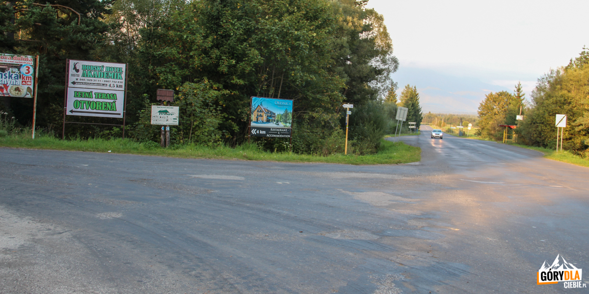 Zjazd do Przybyliny z drogi nr 537 (tzw. Droga Młodości) łączącej Liptowski Gródek (słow. Liptowski Hradok) i Tatrzańską Łomnicę