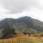 Widok z Małego Salatyna na Przełęcz Dzwon (1907 m), Spaloną Kopę (2083 m), Pachoł (2167 m) i całą grań Rohaczy