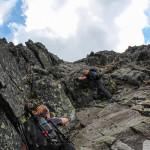 Trochę wspinaczki przy wejściu granią na szczyt Pachoła (2167 m)