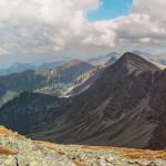 Widok ze szczytu Pachoła (2167 m) na Dolinę Spaloną i grań Rohaczy