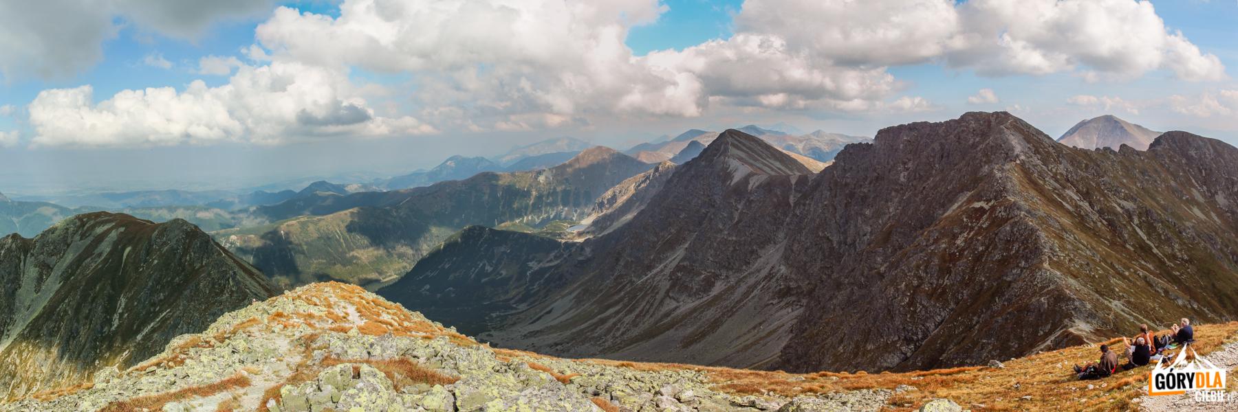 Widok zeszczytu Pahoła (2167 m) naDolinę Spaloną igrań Rohaczy