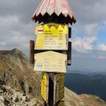 Drogowskazy na Banikowskiej Przełęczy (2040 m)