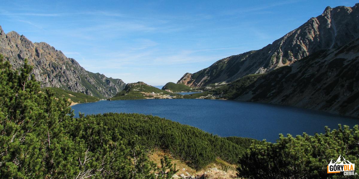 Dolina Pięciu Stawów Polskich - stawy Wielki, Mały iPrzedni widziane zdrogi naSzpiglasową Przełęcz