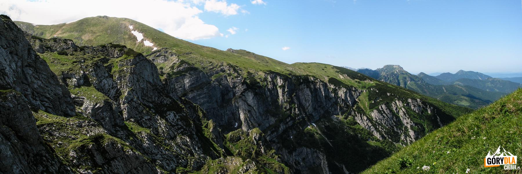 Ciemniak (2096 m) i Twrdy Upłaz opadający zerwami do Doliny Miętusiej