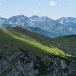 Widok na Tatry Zachodnie z podejścia Czerwonym Grzbietem na Małołącziak