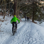 Zimowy rowerzysta i spacerowicze na Drodze pod Reglami