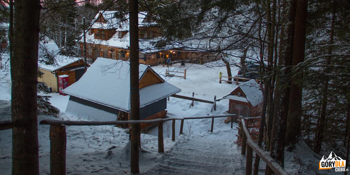 Budynki i parking przed wejściem do Doliny Strążyskiej